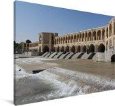 De Khaju bridge met water op de voorgrond in het Aziatische Iran Canvas 60x40 cm - Foto print op Canvas schilderij (Wanddecoratie woonkamer / slaapkamer)