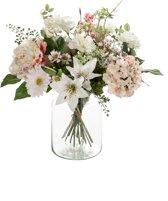 Boeket van zijden bloemen. De bloemen zijn niet van echt te onderscheiden.