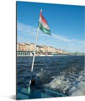 Hongaarse vlag op een boot Aluminium 120x160 cm - Foto print op Aluminium (metaal wanddecoratie) XXL / Groot formaat!