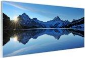 Een meer omringd met besneeuwde bergen Glas 60x40 cm - Foto print op Glas (Plexiglas wanddecoratie)