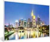 Foto in lijst - Verlichting in Frankfurt am Main in de nacht fotolijst wit 60x40 cm - Poster in lijst (Wanddecoratie woonkamer / slaapkamer)
