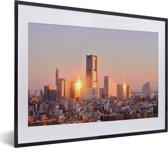 Foto in lijst - Weerspiegeling van de zon op de gebouwen in Yokohama fotolijst zwart met witte passe-partout klein 40x30 cm - Poster in lijst (Wanddecoratie woonkamer / slaapkamer)
