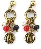 Goud metalen steek oorbellen met gouden details en kraaltjes.