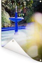 Blauwe waterfontein in de Marokkaanse tuin Majorelle Tuinposter 80x120 cm - Tuindoek / Buitencanvas / Schilderijen voor buiten (tuin decoratie)