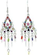 Zilverkleurige oorbellen met druppelvormige hanger en multi color steentjes