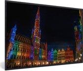 Foto in lijst - De Grote Markt van Brussel snachts verlicht met prachtige kleuren fotolijst zwart 60x40 cm - Poster in lijst (Wanddecoratie woonkamer / slaapkamer)