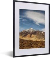 Foto in lijst - Besneeuwde Teide-vulkaan in het Nationaal park Teide op Tenerife fotolijst zwart met witte passe-partout klein 30x40 cm - Poster in lijst (Wanddecoratie woonkamer / slaapkamer)