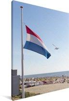 Nederlandse vlag bij een strand Canvas 60x90 cm - Foto print op Canvas schilderij (Wanddecoratie woonkamer / slaapkamer)