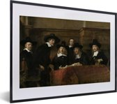 Foto in lijst - De staalmeesters - Schilderij van Rembrandt van Rijn fotolijst zwart met witte passe-partout klein 40x30 cm - Poster in lijst (Wanddecoratie woonkamer / slaapkamer)