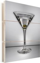 Een glasheldere martini met één olijf Vurenhout met planken 60x80 cm - Foto print op Hout (Wanddecoratie)