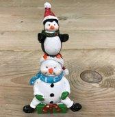 Klein beeldje sneeuwpop  en pinguin met kerst muts
