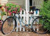Tuinposter fiets tegen wit houten hek