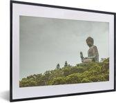 Foto in lijst - Het zijaanzicht van het standbeeld Tian Tan Buddha fotolijst zwart met witte passe-partout klein 40x30 cm - Poster in lijst (Wanddecoratie woonkamer / slaapkamer)