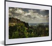 Foto in lijst - Wolken over de Toscaanse heuvels in de Italiaanse ommuurde stad San Gimignano fotolijst zwart met witte passe-partout klein 40x30 cm - Poster in lijst (Wanddecoratie woonkamer / slaapkamer)