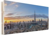 Kleurrijke lucht boven Dubai en de Burj Khalifa Vurenhout met planken 120x80 cm - Foto print op Hout (Wanddecoratie)