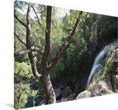 Waterval in de bossen van het nationaal park Peneda-Gerês in Portugal Canvas 140x90 cm - Foto print op Canvas schilderij (Wanddecoratie woonkamer / slaapkamer)