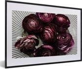 Foto in lijst - Paarse botberbloemen in een witte schaal fotolijst zwart met witte passe-partout 60x40 cm - Poster in lijst (Wanddecoratie woonkamer / slaapkamer)