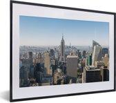 Foto in lijst - Mooie uitzicht over Manhatten en de Empire State Building fotolijst zwart met witte passe-partout klein 40x30 cm - Poster in lijst (Wanddecoratie woonkamer / slaapkamer)