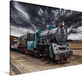 Een oude stoomlocomotief onder een donkere hemel Canvas 140x90 cm - Foto print op Canvas schilderij (Wanddecoratie woonkamer / slaapkamer)