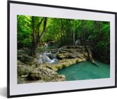 Foto in lijst - Groene natuur in het Nationaal park Erawan in Thailand fotolijst zwart met witte passe-partout 60x40 cm - Poster in lijst (Wanddecoratie woonkamer / slaapkamer)
