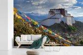 Fotobehang vinyl - Gekleurde vlaggetjes bij het Potalapaleis in Lhasa breedte 600 cm x hoogte 400 cm - Foto print op behang (in 7 formaten beschikbaar)