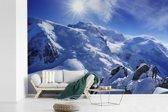 Fotobehang vinyl - De Mont Blanc met mooie zonnestralen breedte 450 cm x hoogte 300 cm - Foto print op behang (in 7 formaten beschikbaar)
