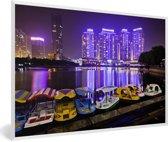 Foto in lijst - Bootjes voor de paarse gebouwen voor Wuhan fotolijst wit 60x40 cm - Poster in lijst (Wanddecoratie woonkamer / slaapkamer)
