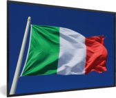 Foto in lijst - Italiaanse vlag wappert in de blauwe lucht fotolijst zwart 60x40 cm - Poster in lijst (Wanddecoratie woonkamer / slaapkamer)