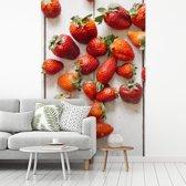 Fotobehang vinyl - Kleurrijke aardbeien op houten tafel breedte 180 cm x hoogte 270 cm - Foto print op behang (in 7 formaten beschikbaar)