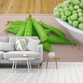 Fotobehang vinyl - Peulen van zoete groene erwten en bonen breedte 350 cm x hoogte 260 cm - Foto print op behang (in 7 formaten beschikbaar)