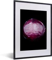 Foto in lijst - Glinsterende rode kool tegen een zwarte achtergrond fotolijst zwart met witte passe-partout klein 30x40 cm - Poster in lijst (Wanddecoratie woonkamer / slaapkamer)