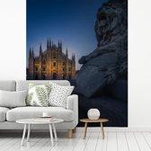Fotobehang vinyl - De Kathedraal van Milaan verlicht in de avond breedte 275 cm x hoogte 340 cm - Foto print op behang (in 7 formaten beschikbaar)
