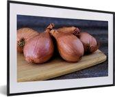 Foto in lijst - Een aantal sjalotten op een houten snijplank fotolijst zwart met witte passe-partout 60x40 cm - Poster in lijst (Wanddecoratie woonkamer / slaapkamer)