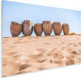 Traditionele trommels van Marokko staan in een rij bij de Erg Chebbi in Marokko Plexiglas 90x60 cm - Foto print op Glas (Plexiglas wanddecoratie)