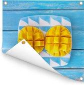 Exotische mango op een bord Tuinposter 50x50 cm - klein - Tuindoek / Buitencanvas / Schilderijen voor buiten (tuin decoratie)