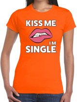 Kiss me i am single t-shirt oranje dames S