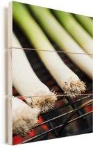 Lichte prei op een barbecue Vurenhout met planken 20x30 cm - klein - Foto print op Hout (Wanddecoratie)