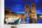Fotobehang vinyl - Mooie blauwe lucht boven de Notre Dame in Parijs breedte 405 cm x hoogte 260 cm - Foto print op behang (in 7 formaten beschikbaar)