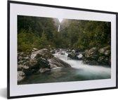 Foto in lijst - Rivier in het Nationaal park Arthur's Pass op het Zuidereiland fotolijst zwart met witte passe-partout 60x40 cm - Poster in lijst (Wanddecoratie woonkamer / slaapkamer)
