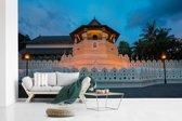 Fotobehang vinyl - De Sri Lankaanse en eeuwenoude Tempel van de Tand in het donker breedte 385 cm x hoogte 240 cm - Foto print op behang (in 7 formaten beschikbaar)