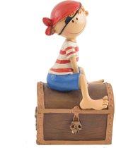 Spaarpot piraatje zittend op een schatkist