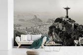Fotobehang vinyl - Zwart wit beeld van Christus de Verlosser in Rio de Janeiro breedte 360 cm x hoogte 240 cm - Foto print op behang (in 7 formaten beschikbaar)