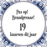 Verjaardag Tegeltje met Spreuk (19 jaar: Pas op! brandgevaar! 19 kaarsen dit jaar! + cadeau verpakking & plakhanger