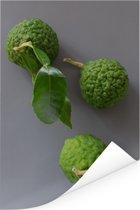 Limoenfruit met de djeroek poeroet tegen een grijze achtergrond Poster 80x120 cm - Foto print op Poster (wanddecoratie woonkamer / slaapkamer)