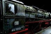 Stoomlocomotief trein in Nederland, Veluwe zwart rood | industrieel, staal, abstract, modern, sfeer |  Foto schilderij print op Dibond/ Aluminium (metaal wanddecoratie) | 150x100cm