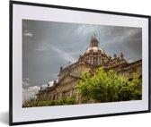 Foto in lijst - De kathedraal van Guadalajara tijdens een bewolkte dag in Mexico fotolijst zwart met witte passe-partout 60x40 cm - Poster in lijst (Wanddecoratie woonkamer / slaapkamer)