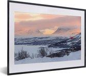 Foto in lijst - Het winterlandschap van het Nationaal park Abisko in Zweden fotolijst zwart met witte passe-partout klein 40x30 cm - Poster in lijst (Wanddecoratie woonkamer / slaapkamer)