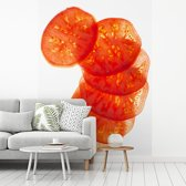 Fotobehang vinyl - Gesneden plakjes tomaat tegen een witte achtergrond breedte 270 cm x hoogte 360 cm - Foto print op behang (in 7 formaten beschikbaar)