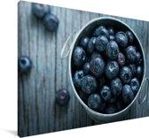 Antiek kommetje met blauwe bessen Canvas 60x40 cm - Foto print op Canvas schilderij (Wanddecoratie woonkamer / slaapkamer)
