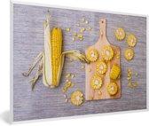 Foto in lijst - Gesneden maïskolven op een hakbord fotolijst wit 60x40 cm - Poster in lijst (Wanddecoratie woonkamer / slaapkamer)